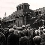 Демонстрация у гробницы Ленина
